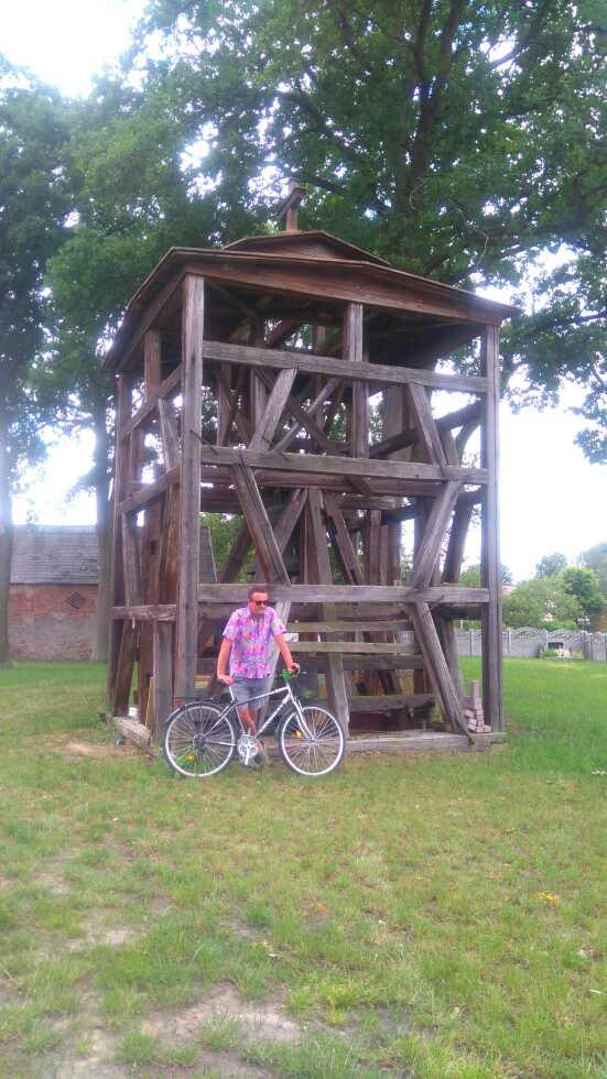 """""""Kolej na Rower"""" - konstrukcja trzymająca zabytkowy dzwon kościelny w Konotopie"""
