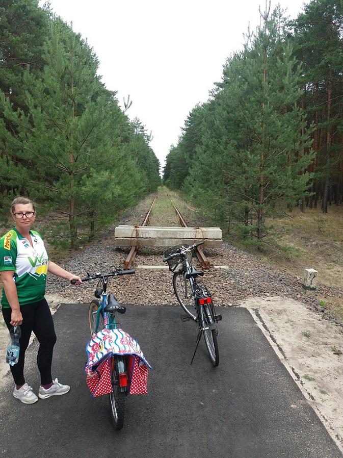 """W tym miejscu kończy się lubuska ścieżka """"Kolej na rower"""". Dalej torowisko należy do władz woj. wielkopolskiego"""