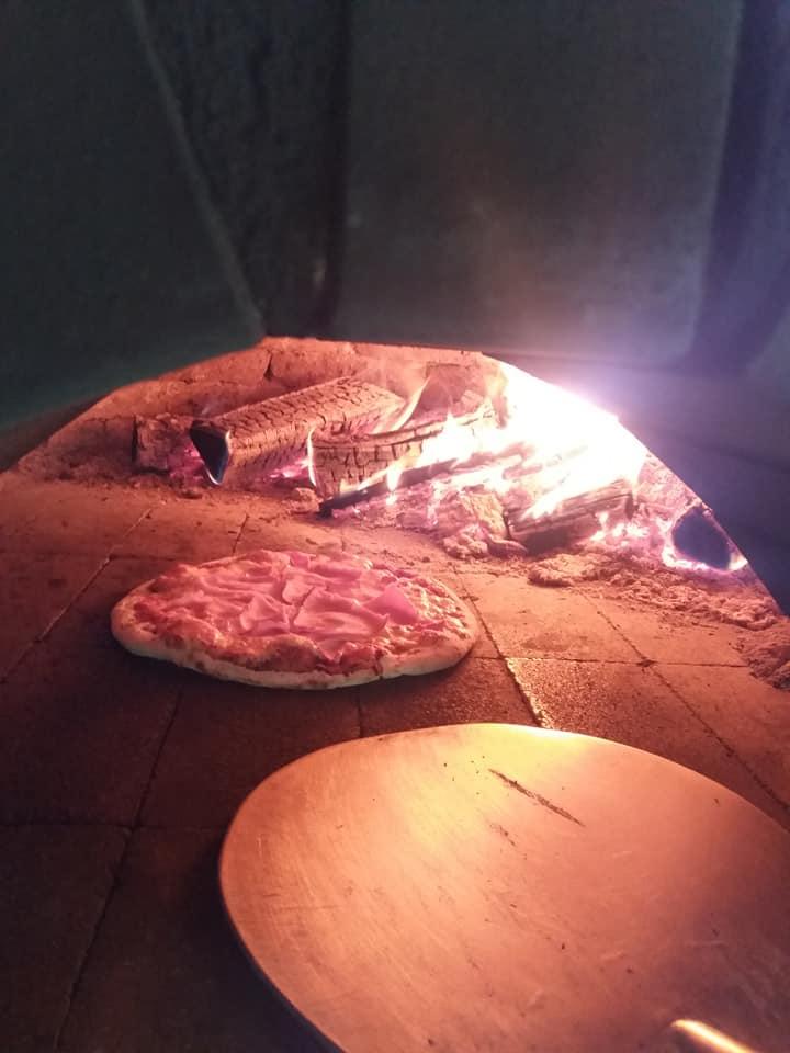 Najlepsza pizza wychodzi z pieca opalanego drewnem!