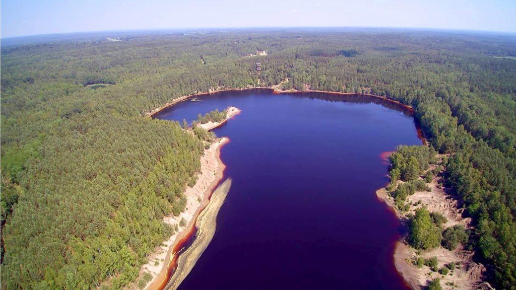 Geopark w Łęczycy. Jedno z jeziorek przypomina kształtem kontynent afrykański.