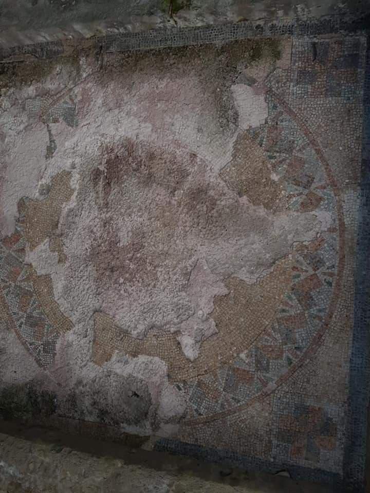 Wałbrzyskie Mauzoleum - pozostałości kolorowych mozaik