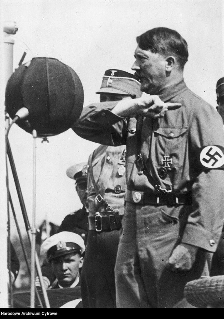 Hitler przemawia na wiecu.